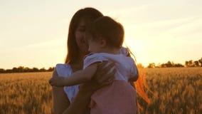 Matki i dziecka podróż koncepcja szcz??liwa rodzina potomstwa matkują z jej małą córką są dancingowi i śmiający się w polu zbiory
