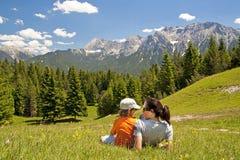 Matki i dziecka rodzinny wycieczkować Zdjęcia Stock