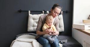 Matki i dziecka spojrzenia na gomółki rozwija grą zdjęcie wideo