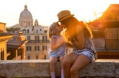 Matki i dziewczynki całowanie w Rzym fotografia stock