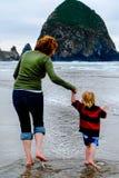 Matki i młodego dziecka odbicie na Plażowy Pionowo obraz royalty free