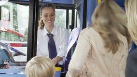 Matki I syna abordażu autobus I kupienie bilet zdjęcie wideo