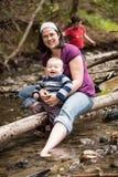 Matki i syna bawić się obraz stock