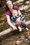Matki i syna bawić się fotografia royalty free