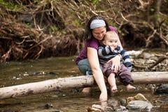 Matki i syna bawić się zdjęcie stock
