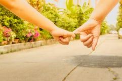 Matki i syna chwyta ręki, ręki naprzód, pojęcie zdjęcie royalty free