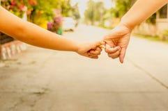 Matki i syna chwyta ręki, ręki naprzód, pojęcie obraz royalty free