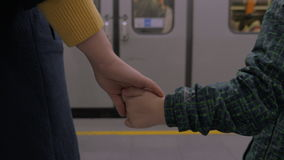 Matki i syna dojeżdżający przy stacją metru zbiory