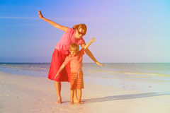 Matki i syna latanie na plaży obrazy stock