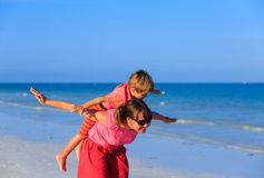 Matki i syna latanie na plaży Obrazy Royalty Free