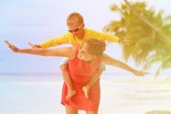 Matki i syna latanie na plaży Zdjęcie Royalty Free