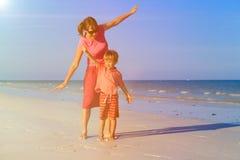 Matki i syna latanie na plaży Fotografia Stock