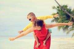 Matki i syna latanie na plaży Zdjęcie Stock