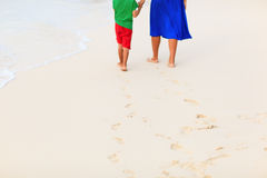 Matki i syna odprowadzenie na plażowym opuszcza odcisku stopy w piasku Fotografia Royalty Free
