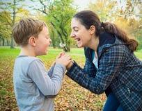 Matki i syna podmuchowy dandelion Zdjęcia Royalty Free