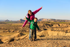 Matki i syna podróż w scenicznych górach fotografia royalty free