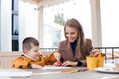 Matki i syna remisu rysunek wręcza barwionych ołówki obraz royalty free