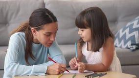 Matki, niani lub dzieciaka dziewczyna rysunkowa wpólnie w domu zbiory
