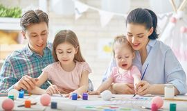 Matki, ojca i córek malować, Fotografia Stock