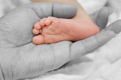 Matki ręka trzyma cieki nowonarodzony dziecko obraz stock