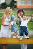 Matki z ich dziećmi na boisku Obrazy Stock