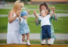 Matki z ich dziećmi na boisku Fotografia Stock