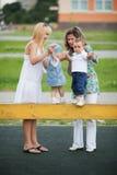 Matki z ich dziećmi na boisku Zdjęcie Royalty Free