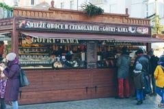 Matkisok på den polska julmarknaden Arkivbilder