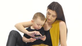 Matkuje chwyty i trenuje on jej syn na jej podołku Biały tło zdjęcie wideo