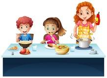 Matkuje i dzieciaki ma posiłek przy łomotać stół royalty ilustracja