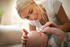 Matkuje karesy i drzeje jej płaczu dziecka fotografia stock