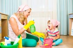 Matkuje mieć zabawę i żartuje cleaning pokój i zdjęcie stock