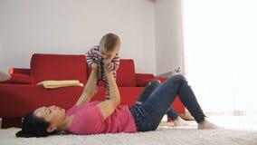 Matkuje mieć zabawę z jej dziecko synem w domu zbiory