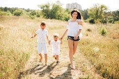Matkuje z dwa synów runnig Fotografia Stock
