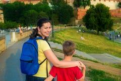 Matkuje z jej synem 8 rok w miasto parku fotografia stock