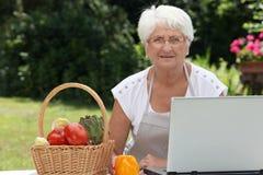 matlagningåldringkvinna Fotografering för Bildbyråer