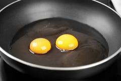 Matlagning av den läckra soliga sidan upp ägg, royaltyfria foton