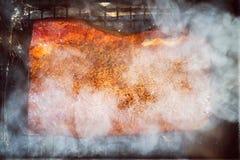 Matlagning av en rökt lax i en smokehouse arkivbilder