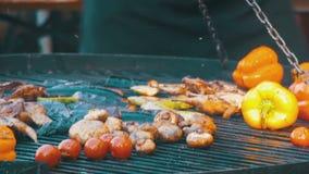 Matlagning av korvar och grönsaker på gallret stock video