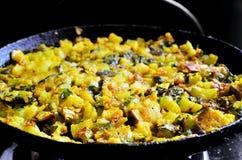 Matlagning av nya grönsaker Arkivbild