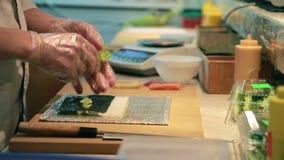 Matlagning av Salmon Sushi Roll. lager videofilmer