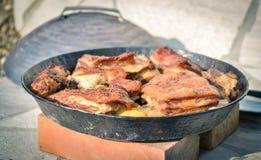 Matlagning av traditionellt balkan turkiskt bosniskt dalmatian mål Pek arkivfoton