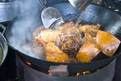 Matlagning för en picknick Royaltyfria Bilder