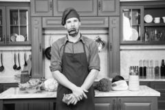 Matlagning för förkläde för mankockkläder i kök Grönsaker för peppar för recept för mankock vegetariska Vegetarian bantar begrepp arkivfoton