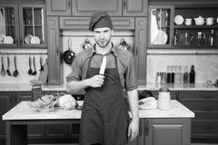 Matlagning för förkläde för mankockkläder i kök Skarp keramisk kniv för manbruk Yrkesmässigt hjälpmedel för skarp kniv Kocken väl royaltyfria bilder