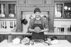 Matlagning för förkläde för mankockkläder i kök Vegetariskt recept för mankock med nya grönsaker Vegetarian bantar begrepp fotografering för bildbyråer