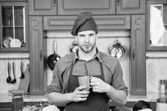 Matlagning för förkläde för mankockkläder i yrkesmässigt kök Mankockhållen rånar drinkdrycken stor smak Förberedd kock arkivfoto