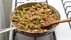 Matlagning för Frango com Quiabo på stovetop arkivfilmer
