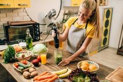 Matlagning för kvinnlig person, blandande sund organisk mat royaltyfri fotografi