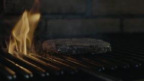 Matlagning för snabbmatgrillfestbiff på brandgallret lager videofilmer